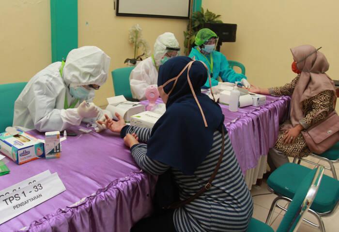 Petugas medis dari Dinas Kesehatan (Dinkes) Kota Tangerang Selatan mengambil sampel darah anggota Panitia Pemungutan Suara ( PPS) yang akan bertugas di tempat pemungutan suara (TPS)