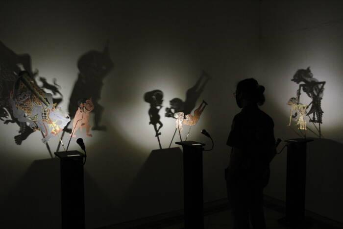 Pengunjung mengamati koleksi wayang saat pameran Jayengtilam di Museum Sonobodoyo