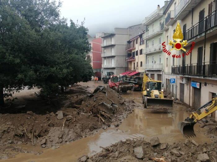 Mobil terlihat dipenuhi puing-puing setelah banjir bandang di kota Bitti