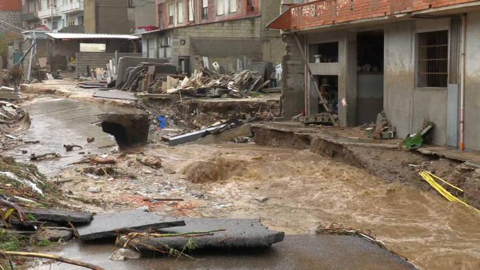 Gambar diam yang diambil dari video menunjukkan banjir bandang di samping gedung-gedung di kota Bitti
