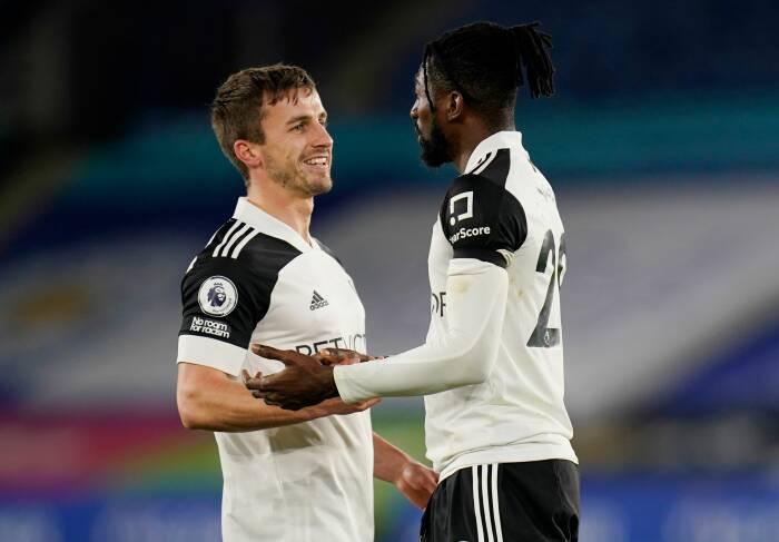 James Maddison dari Leicester City beraksi dengan Ola Aina dari Fulham