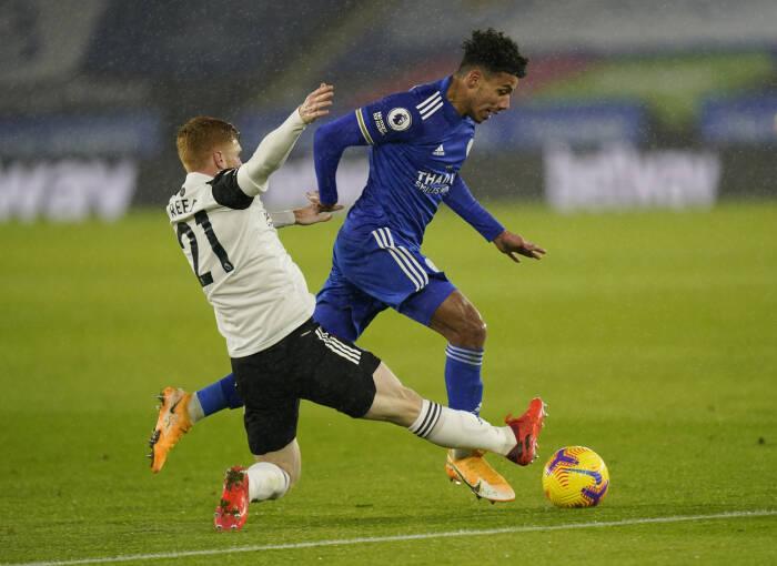 James Justin dari Leicester City beraksi dengan Harrison Reed dari Fulham