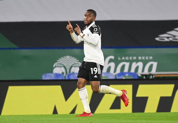 Pemain Fulham Ademola Lookman merayakan dengan mencetak gol pertama mereka