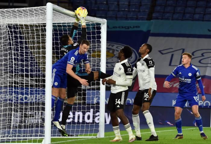 Alphonse Areola dari Fulham beraksi dengan pemain Leicester City Jonny Evans