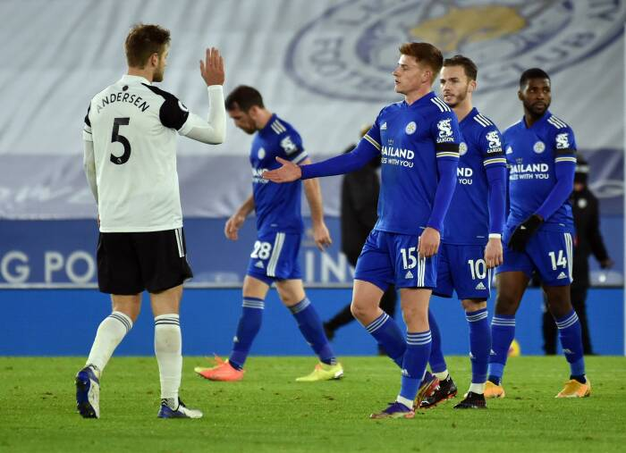 Harvey Barnes Leicester City dengan Joachim Andersen Fulham setelah pertandingan