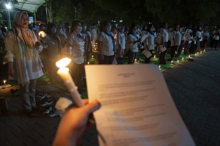 Sejumlah warga berdoa bersama pada Doa Damai Lintas Iman di Taman GOR