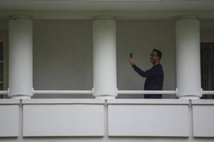 Gubernur DKI Jakarta Anies Baswedan melakukan panggilan video dengan keluarganya