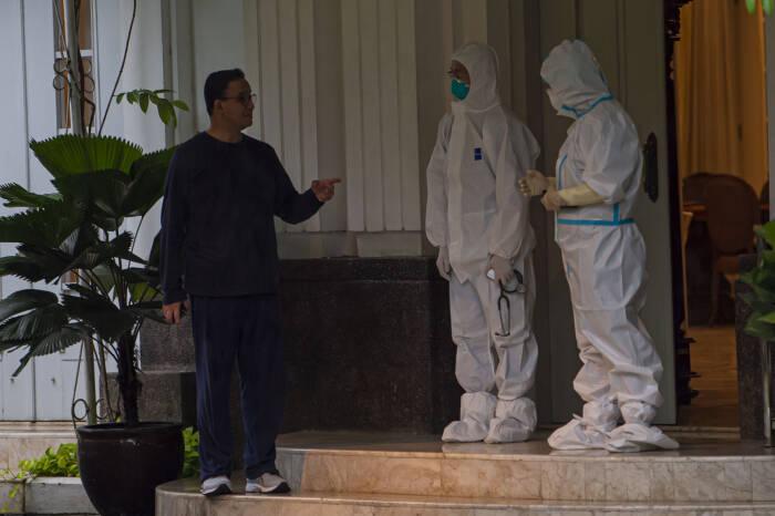 Gubernur DKI Jakarta Anies Baswedan berbicara dengan tim medis yang menanganinya