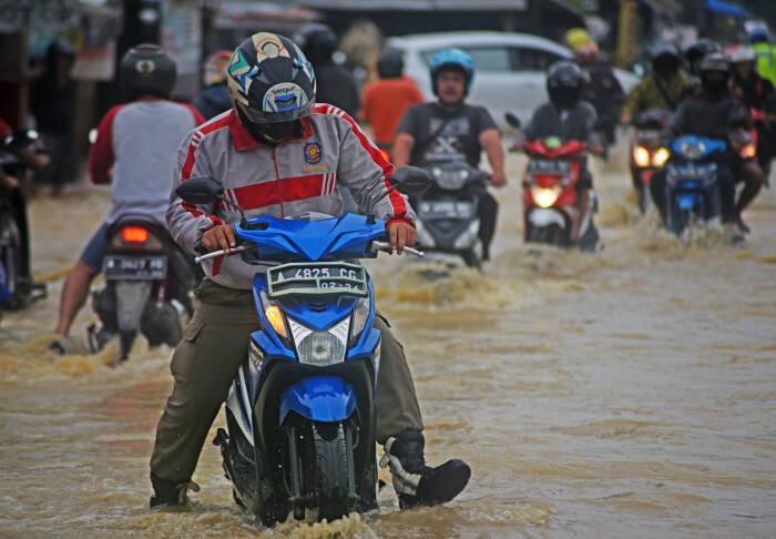 Sejumlah pengendara sepeda motor terjebak banjir
