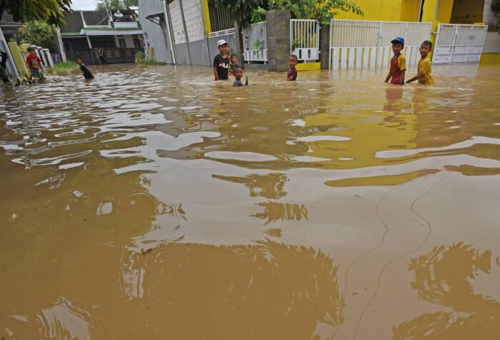 Sejumlah anak bermain saat banjir