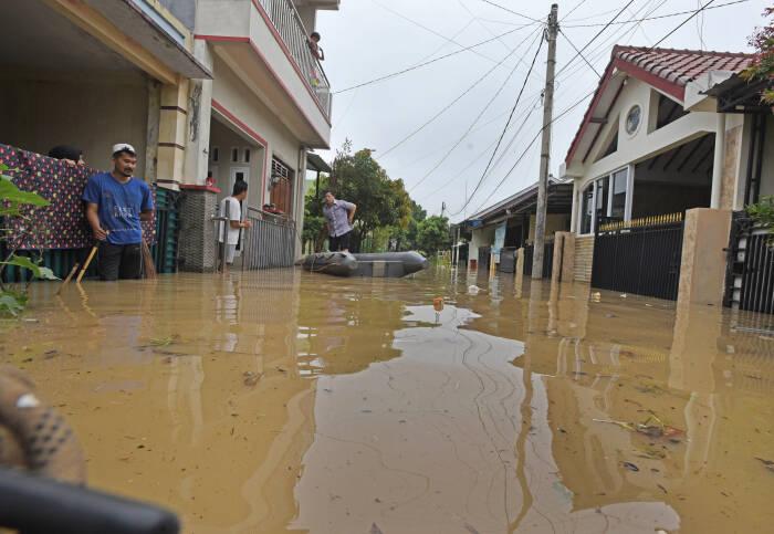 Sejumlah warga terjebak banjir