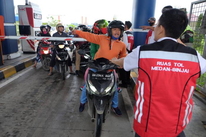Pengendara sepeda motor memaksa masuk ke gerbang tol Semayang di Deli Serdang