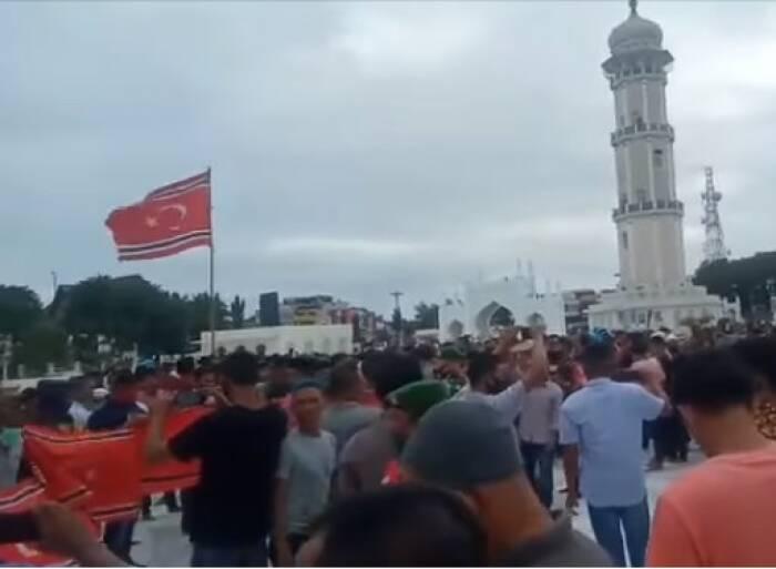 Massa kibarkan bendera bulan bintang di Aceh. (Istimewa)