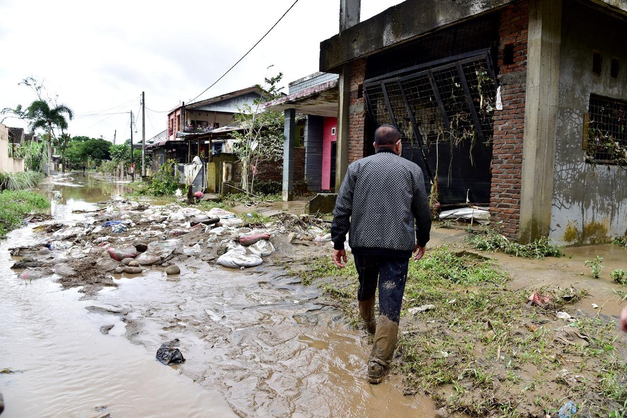 Gubernur Sumatera Utara (Sumut) Edy Rahmayadi saat meninjau lokasi banjir di Flamboyan, Tanjung Selamat, Deliserdang. / twitter