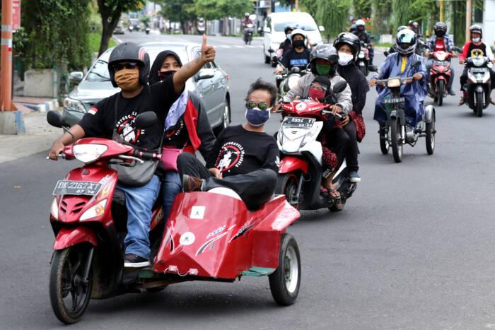 Penyandang disabilitas mengikuti konvoi