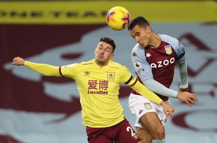 Anwar El Ghazi dari Aston Villa beraksi dengan pemain Burnley, Matthew Lowton