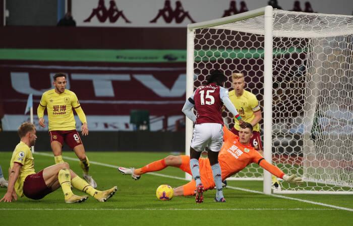 Tembakan Aston Villa Bertrand Traore ke gawang