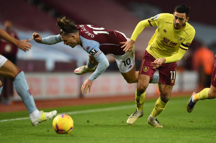 Aston Villa Jack Grealish beraksi dengan Burnley Dwight McNeil