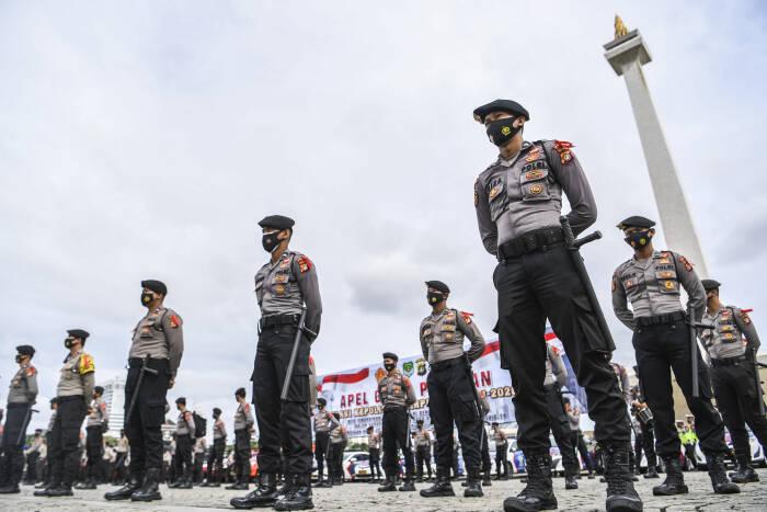Anggota kepolisian mengikuti Apel Gelar Pasukan Operasi Lilin Jaya 2020 di kawasan Monumen Nasional (Monas)