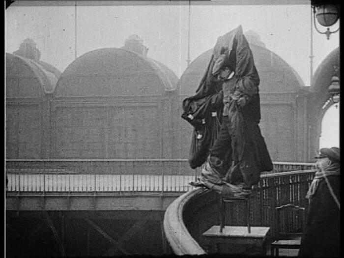 Franz Reichelt saat mencoba melompat dari menara Eiffel.