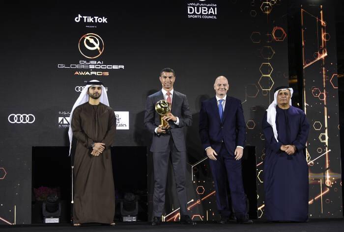 Ronaldo dan petinggi-petinggi sepak bola dalam acara Globe Soccer Awards