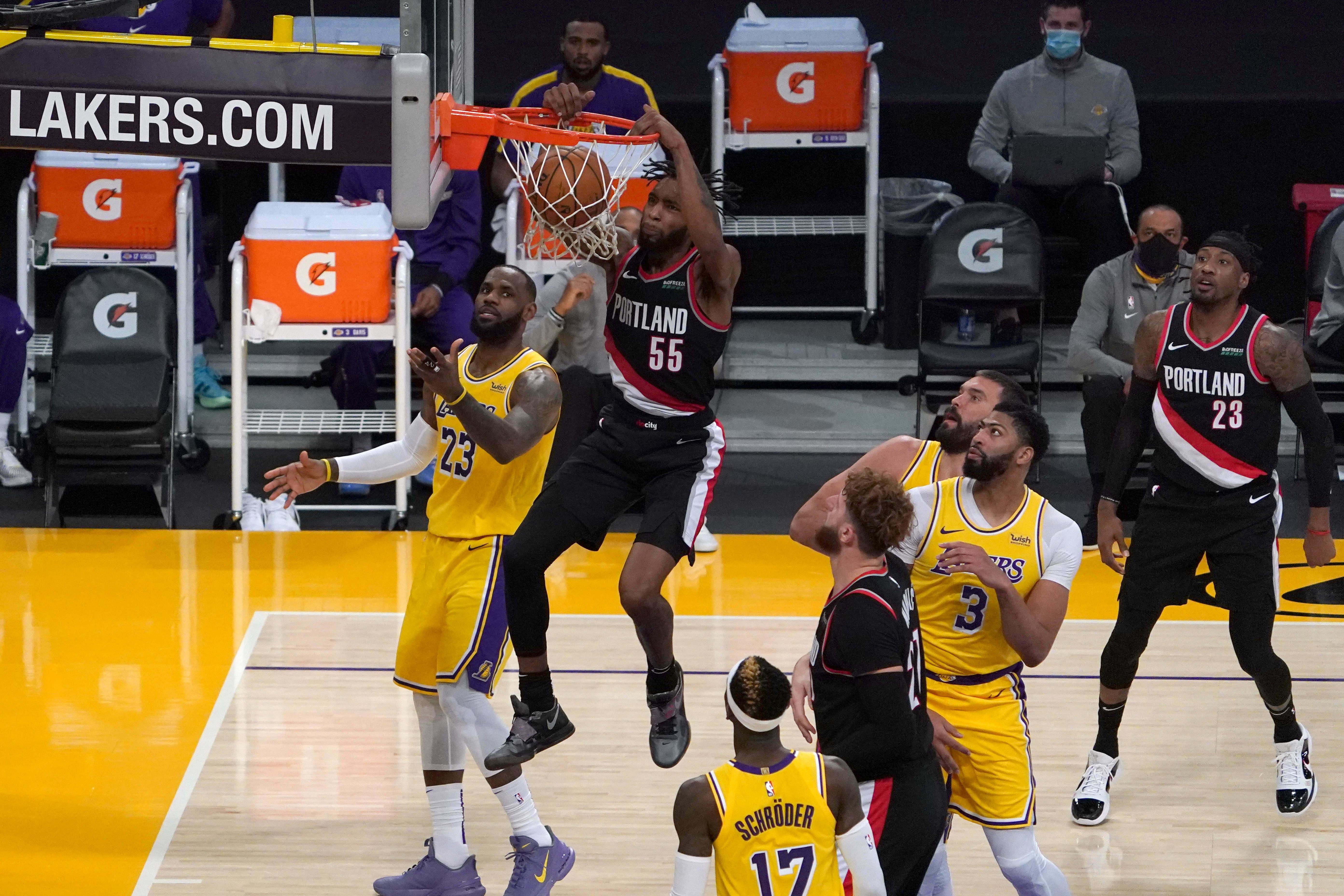 Penyerang Portland Trail Blazers Derrick Jones Jr. (55) melakukan dunks