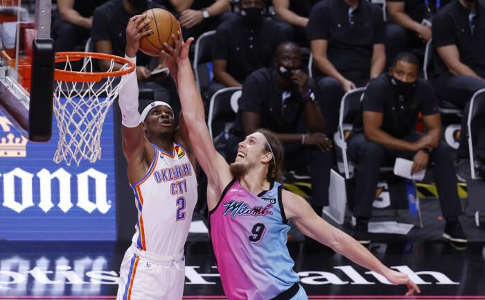 Penyerang Miami Heat Kelly Olynyk (9) dijaga oleh guard Oklahoma City Thunder Shai Gilgeous-Alexander (2)
