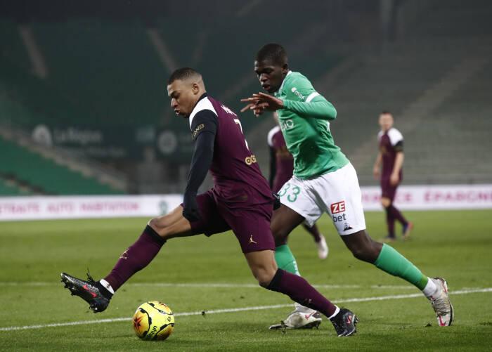 Lucas Douath dari AS Saint-Etienne beraksi dengan pemain Paris St Germain Kylian Mbappe