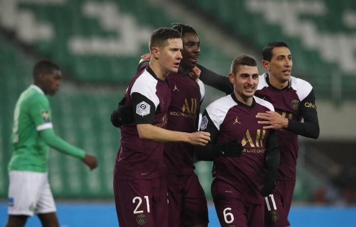 Moise Kean dari Paris St Germain merayakan mencetak gol pertama mereka dengan rekan satu tim