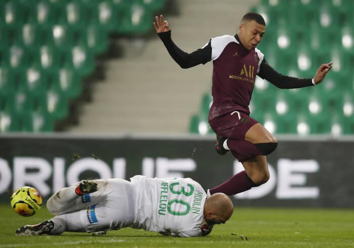 Jessy Moulin dari AS Saint Etienne beraksi dengan pemain Paris St Germain Kylian Mbappe