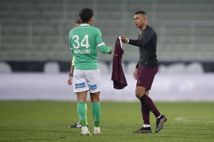 Aimen Moueffek dari AS Saint-Etienne dan Kylian Mbappe dari Paris St Germain setelah pertandingan