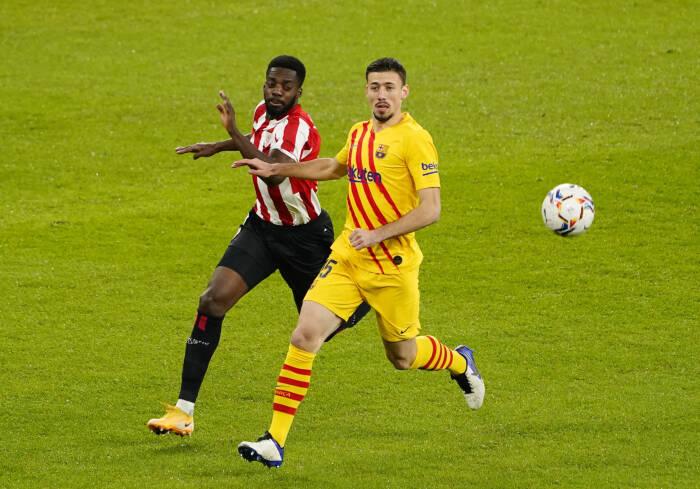 Clement Lenglet dari Barcelona beraksi dengan Inaki Williams dari Athletic Bilbao