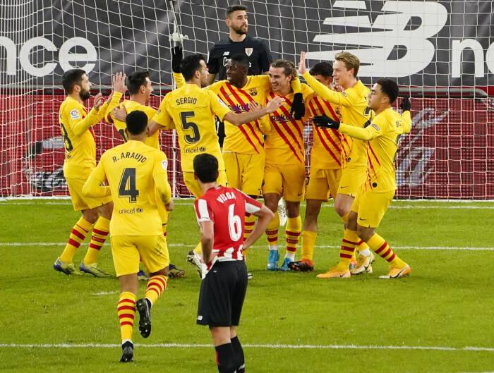 Pedri Barcelona merayakan mencetak gol pertama mereka dengan rekan satu timnya (REUTERS/Vincent West)