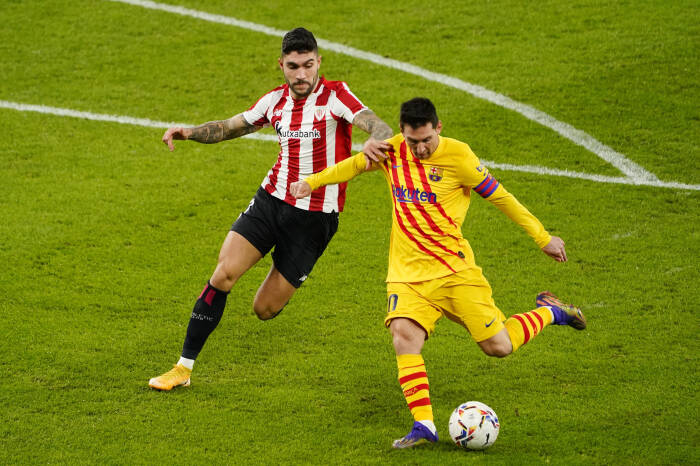 Lionel Messi dari Barcelona beraksi dengan Inigo Martinez dari Athletic Bilbao