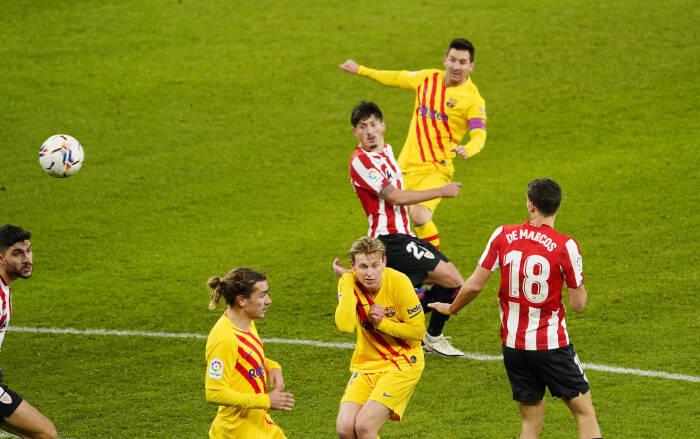Pemain Barcelona Lionel Messi menembak ke gawang