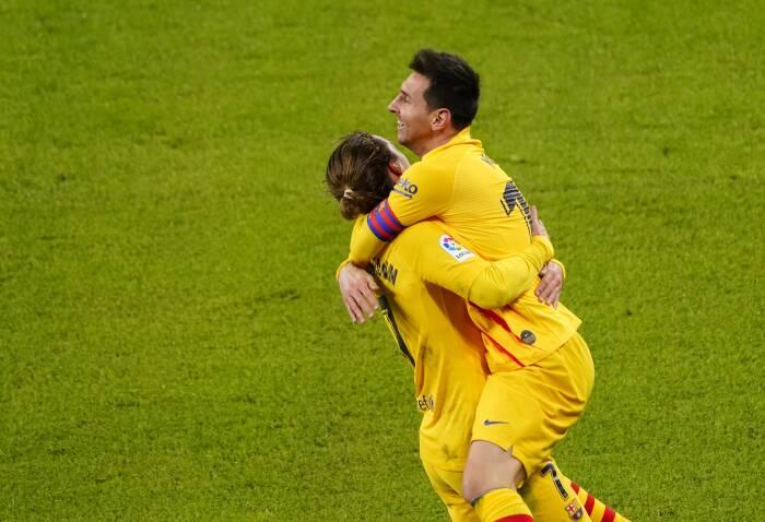 Pemain Barcelona Lionel Messi merayakan gol ketiga mereka dengan Antoine Griezmann