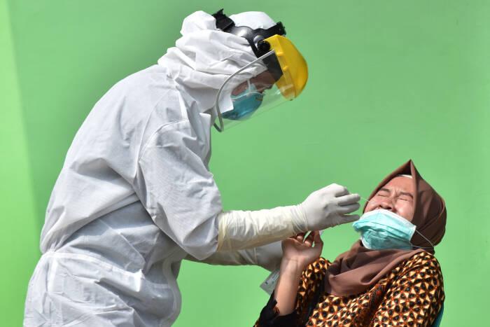 Petugas kesehatan mengambil sampel lendir pada seorang Aparatur Sipil Negara