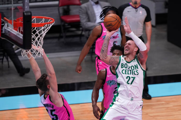Center Boston Celtics Daniel Theis (27) menembakkan bola melewati penyerang Miami Heat Duncan Robinson (55)
