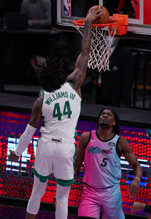 Center Boston Celtics Robert Williams III (44) melakukan dunk
