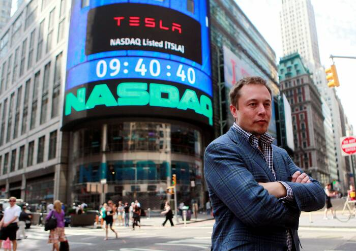 Elon Musk saat berada di depan NASDAQ market di New York, Amerika Serikat