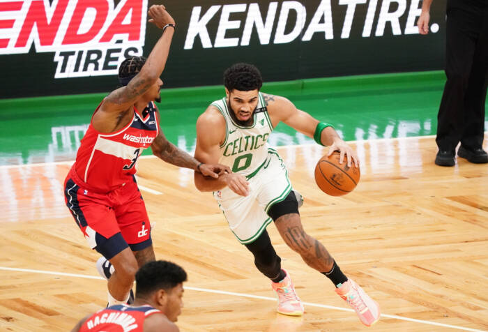 Penyerang Boston Celtics Jayson Tatum (0) melawan guard Washington Wizards Bradley Beal (3)