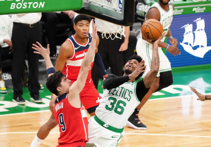 Guard Boston Celtics Marcus Smart (36) menembak