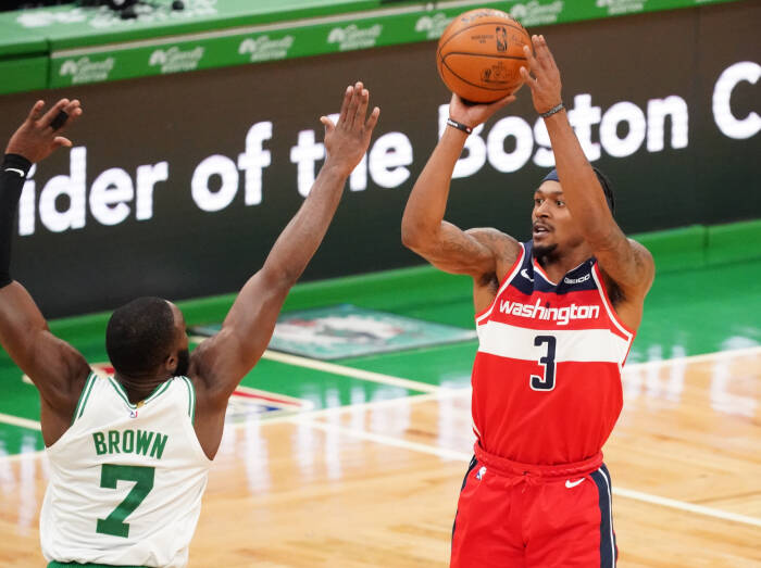 Penjaga Washington Wizards Bradley Beal (3) menembak