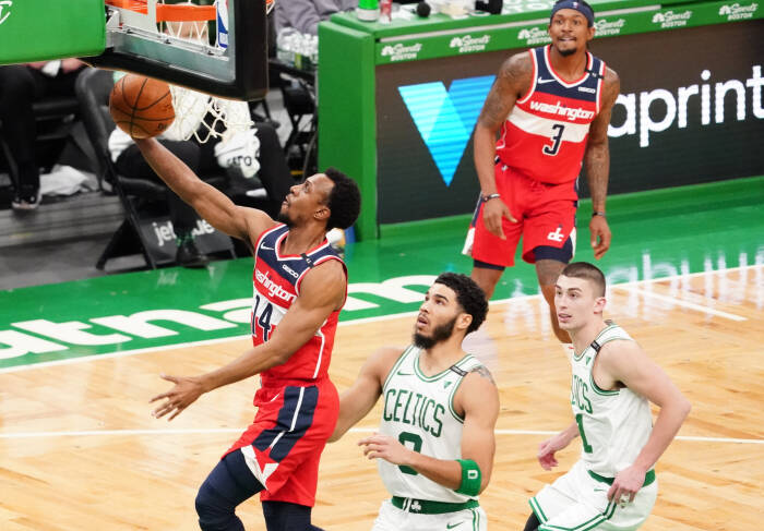 Guard Washington Wizards Ish Smith (14) melawan penyerang Boston Celtics Jayson Tatum (0)