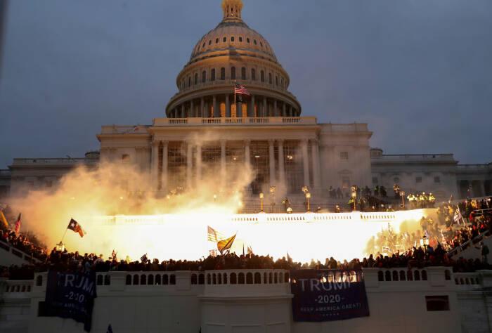 Kerusahan di Capitol Building. (REUTERS/Leah Millis)