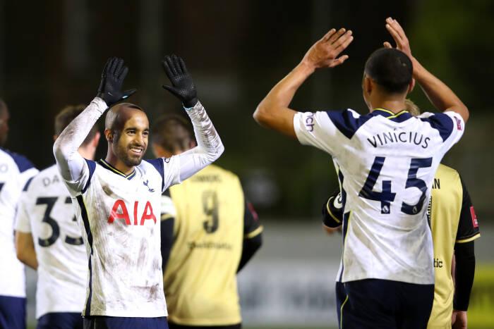 Lucas Moura dari Tottenham Hotspur merayakan gol ketiga mereka dengan Carlos Vinicius