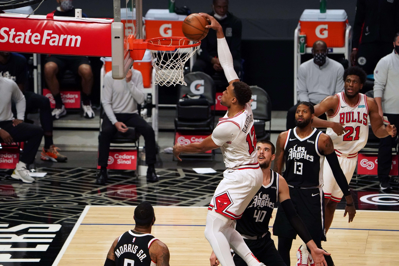 Penyerang Chicago Bulls Daniel Gafford (12) melakukan dunks