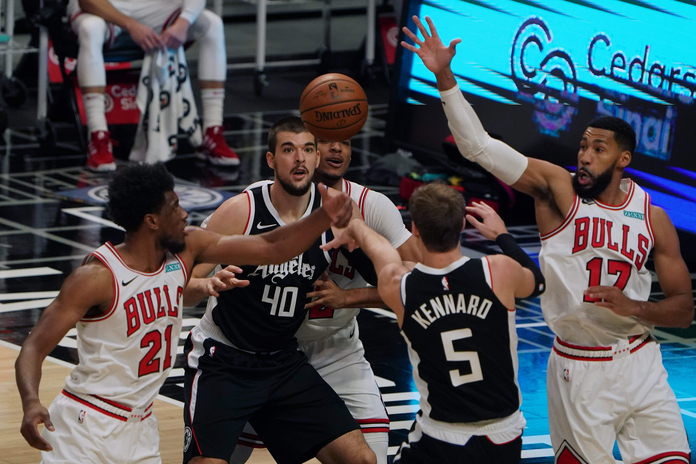 Penyerang Chicago Bulls Thaddeus Young (21) dan guard Garrett Temple (17) berebut bola dengan center LA Clippers Ivica Zubac (40) dan guard Luke Kennard (5)