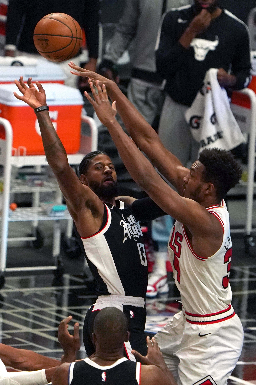Guard LA Clippers Paul George (13) dijaga oleh center Chicago Bulls Wendell Carter Jr. (34)