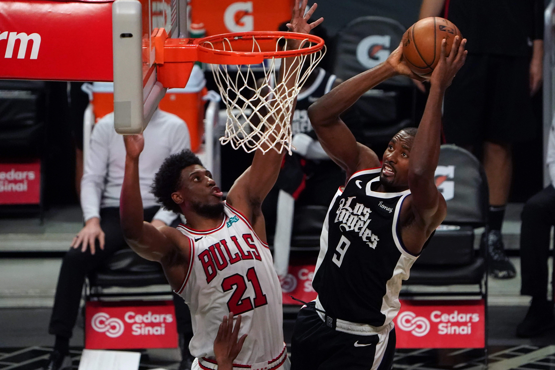 Penyerang LA Clippers Serge Ibaka (9) dijaga oleh penyerang Chicago Bulls Thaddeus Young (21)